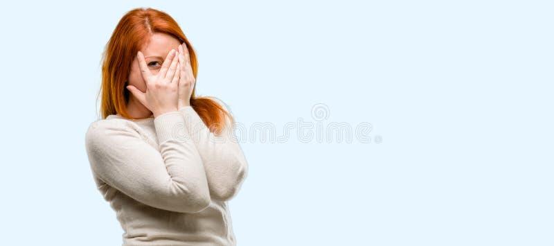 Jonge mooie roodharigevrouw over blauwe achtergrond royalty-vrije stock fotografie