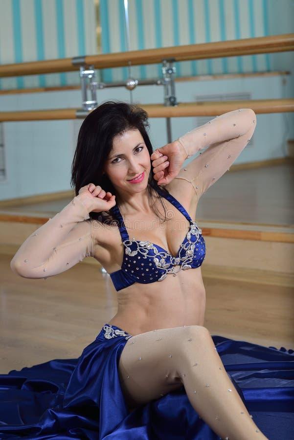Jonge Mooie Sexy Buikdanser in Arabisch kostuum die op een vloer dansen royalty-vrije stock afbeeldingen