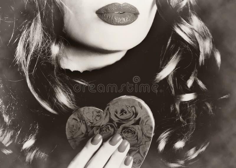 Jonge mooie sexy mooie vrouw die een van de de valentijnskaartliefde van de hartmake-up retro Romaanse sepia wijnoogst houden royalty-vrije stock foto