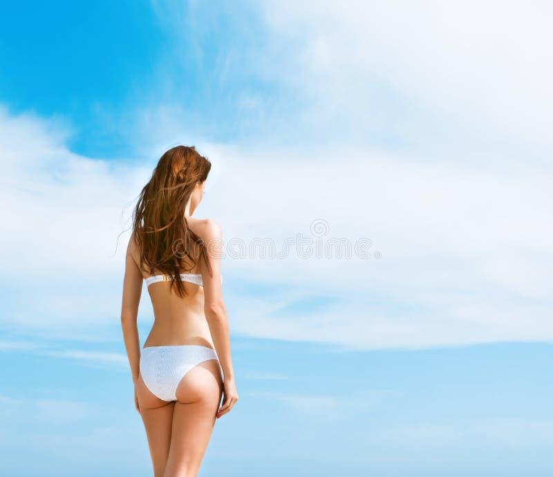 Jonge, mooie, sportieve en sexy vrouw in zwempak royalty-vrije stock afbeeldingen