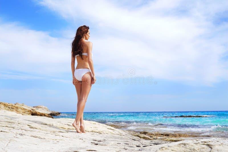 Jonge, mooie, sportieve en sexy vrouw in zwempak royalty-vrije stock foto's