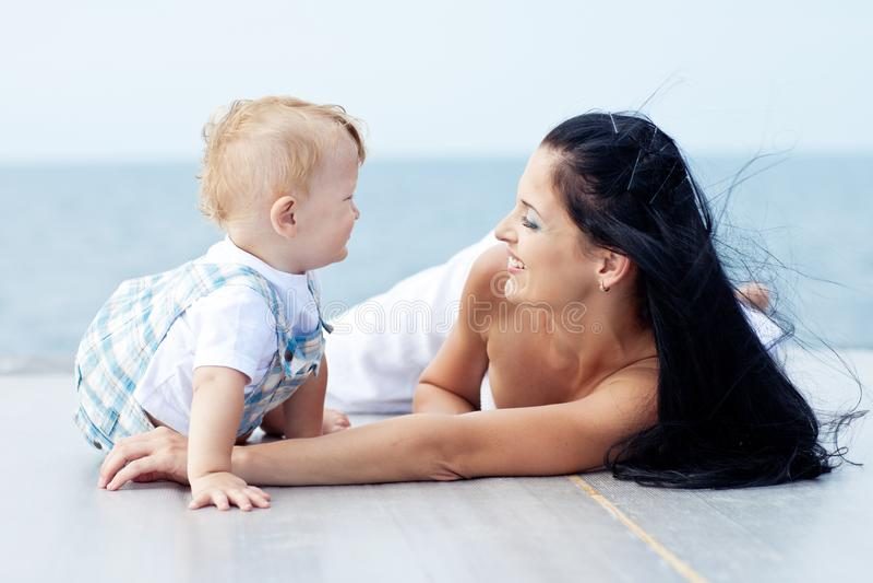 Jonge mooie sportieve moeder met haar kind stock afbeeldingen