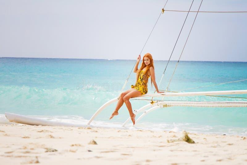 Jonge mooie vrouw aan boord van overzees jacht stock fotografie