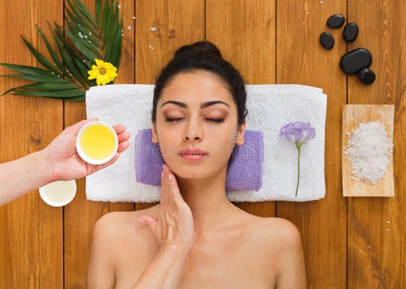 Jonge mooie vrouw in aroma spa wellnesscentrum stock afbeelding
