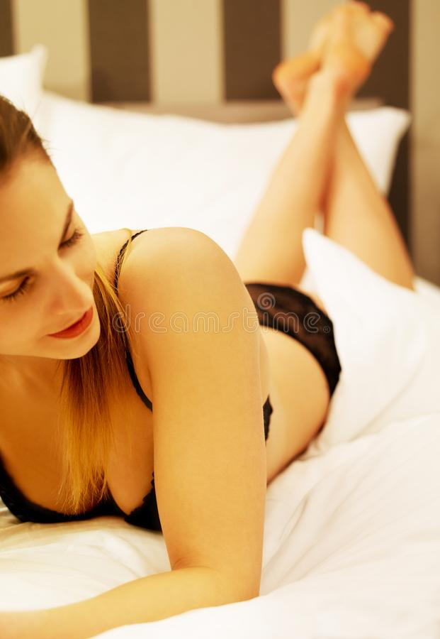 Jonge mooie vrouw in bed royalty-vrije stock fotografie
