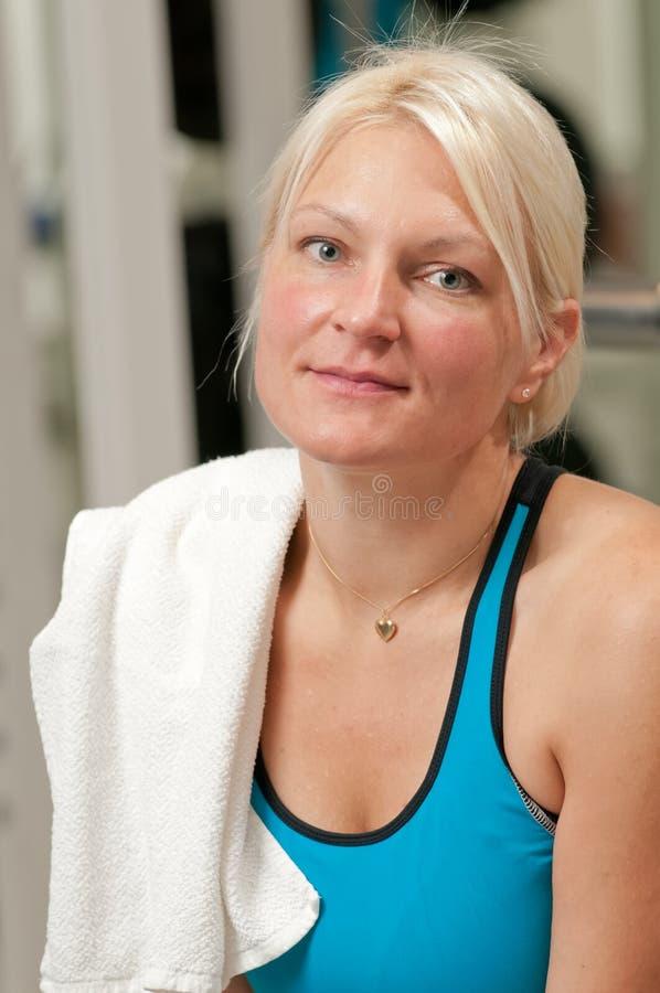 Jonge mooie vrouw bij de gymnastiek royalty-vrije stock afbeeldingen