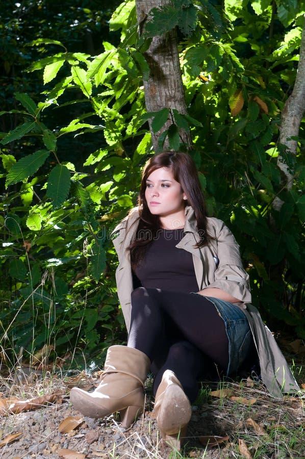 Jonge mooie vrouw bij het de herfstpark. stock fotografie