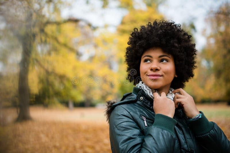 Jonge mooie vrouw bij het de herfstpark royalty-vrije stock fotografie