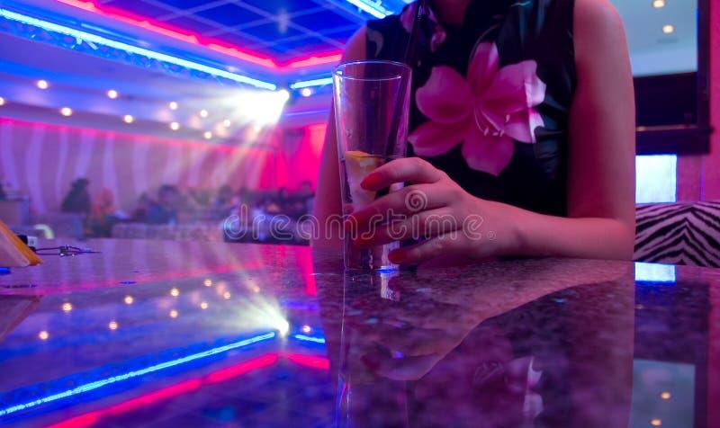 Jonge mooie vrouw in de nachtclub royalty-vrije stock fotografie