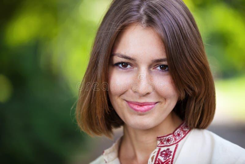 Jonge mooie vrouw in de zomerpark het glimlachen royalty-vrije stock foto's