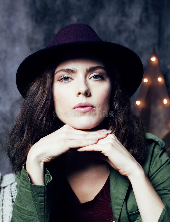 Jonge mooie vrouw die alleen in moderne zolderstudio wachten, hipster modern meisje, het concept van de maniermusicus, levensstij royalty-vrije stock afbeeldingen