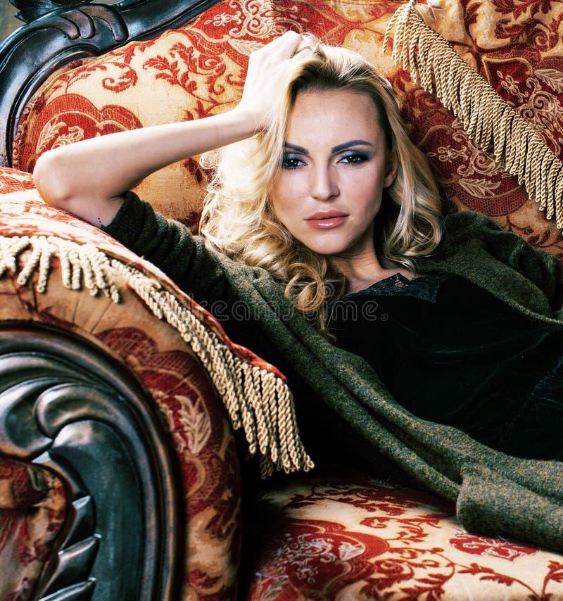 Jonge mooie vrouw die alleen in moderne zolderstudio wachten, manier royalty-vrije stock foto