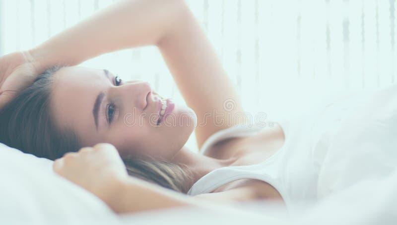 Download Jonge Mooie Vrouw Die In Bed Thuis Liggen Stock Afbeelding - Afbeelding bestaande uit gelukkig, kielzog: 107705081