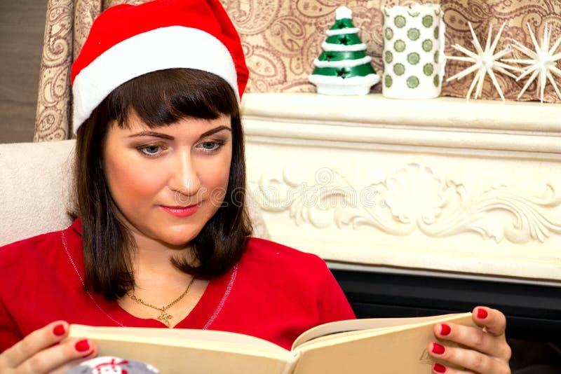 Jonge mooie vrouw die een boek leest royalty-vrije stock fotografie