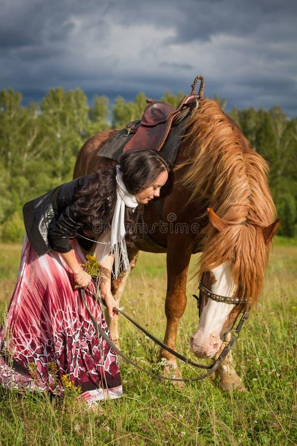 Jonge mooie vrouw die een paard lopen royalty-vrije stock fotografie
