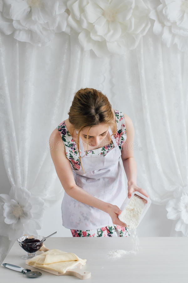 Jonge mooie vrouw die eigengemaakte croissants voorbereiden royalty-vrije stock afbeeldingen