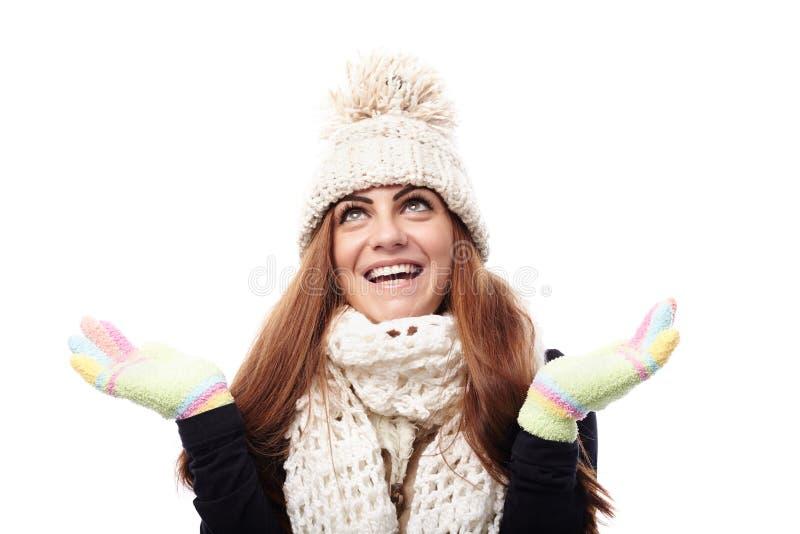Jonge mooie vrouw die GLB, sjaal en handschoenen dragen stock foto
