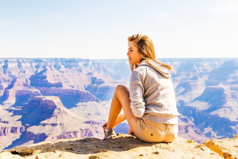 Jonge mooie vrouw die, Grand Canyon, de V.S. reizen stock fotografie