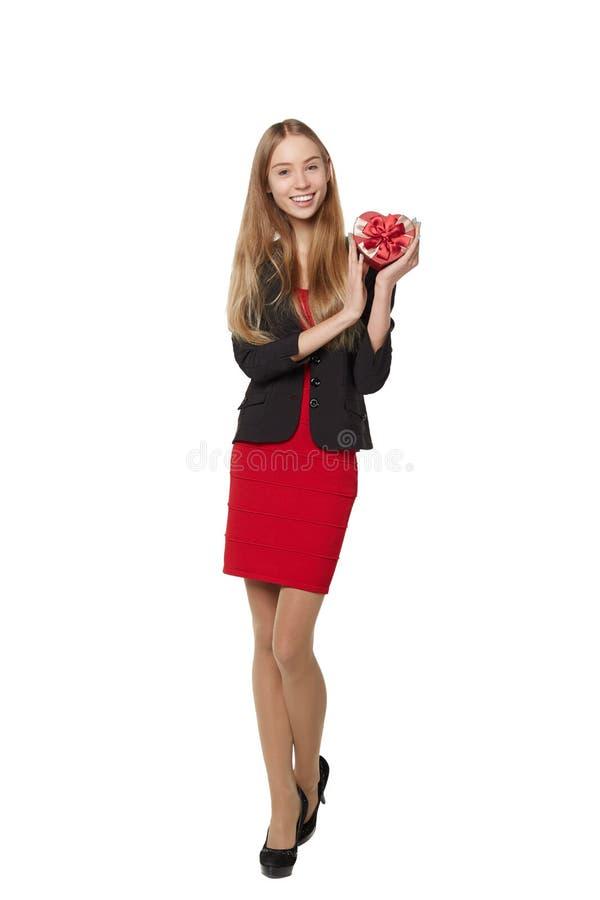 Jonge mooie vrouw die kleine rode doos houden Studioportret ISO stock fotografie