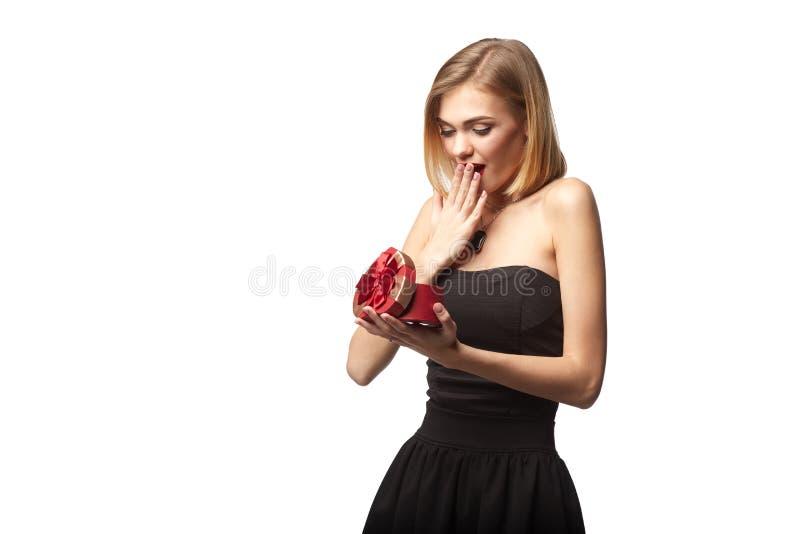 Jonge mooie vrouw die kleine rode doos houden Studioportret ISO royalty-vrije stock afbeelding