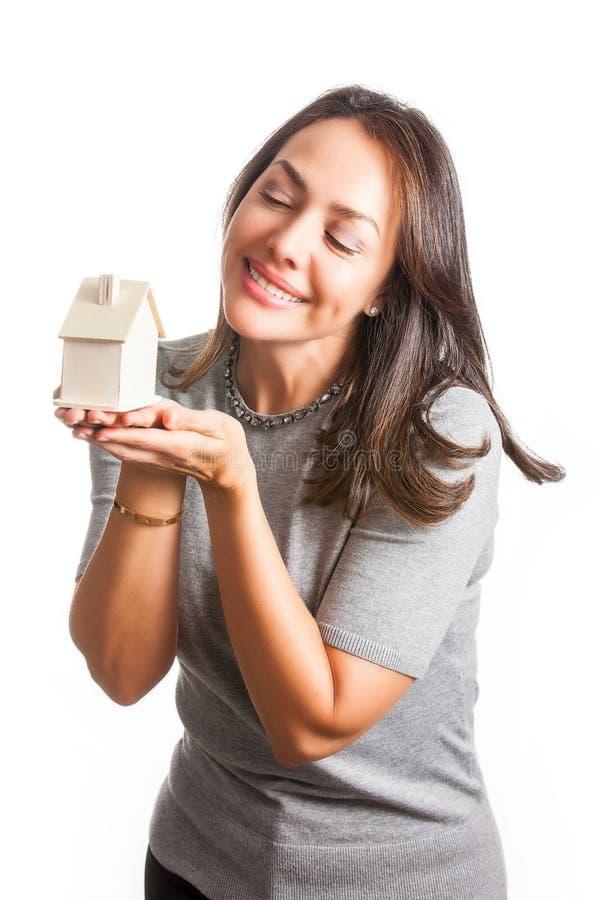 Jonge mooie vrouw die met een nieuw geïsoleerd huis dromen royalty-vrije stock foto