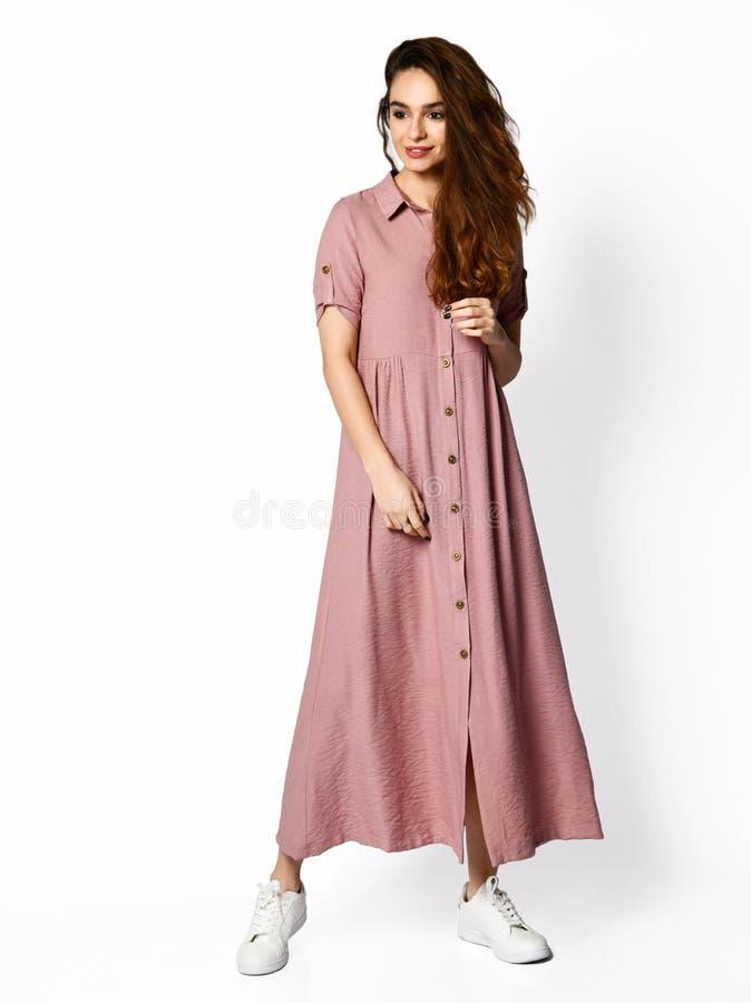 Jonge mooie vrouw die in nieuw lang de kledings volledig lichaam van de ontwerp toevallig zomer lopen op wit royalty-vrije stock afbeelding