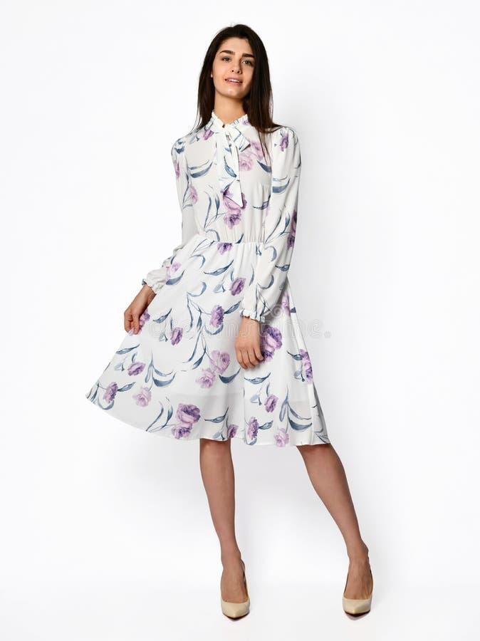 Jonge mooie vrouw die in nieuw lang de kledings volledig lichaam van de ontwerp toevallig zomer lopen op wit stock fotografie
