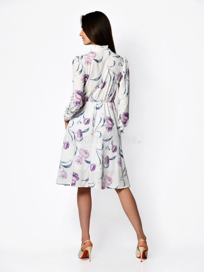 Jonge mooie vrouw die in nieuw lang de kledings volledig lichaam van de ontwerp toevallig zomer lopen op wit stock afbeeldingen