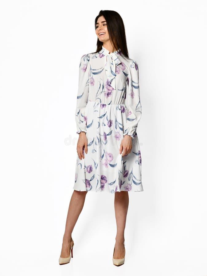 Jonge mooie vrouw die in nieuw lang de kledings volledig lichaam van de ontwerp toevallig zomer lopen op wit royalty-vrije stock foto