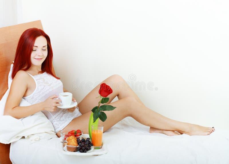Vrouw die ontbijt hebben stock afbeelding