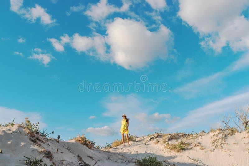 Jonge mooie vrouw die op een zandduin lopen in Elafonisi-strand royalty-vrije stock afbeeldingen