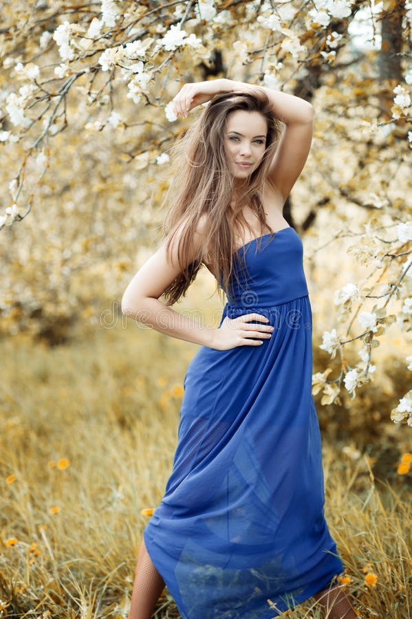 Jonge mooie vrouw die in openlucht stellen royalty-vrije stock afbeeldingen