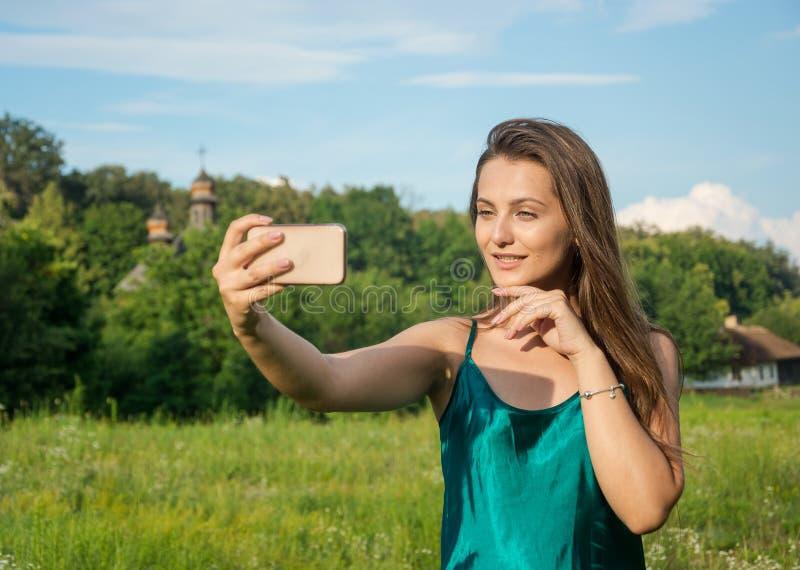 Jonge mooie vrouw die selfie op een smartphone bij landelijk doen royalty-vrije stock foto