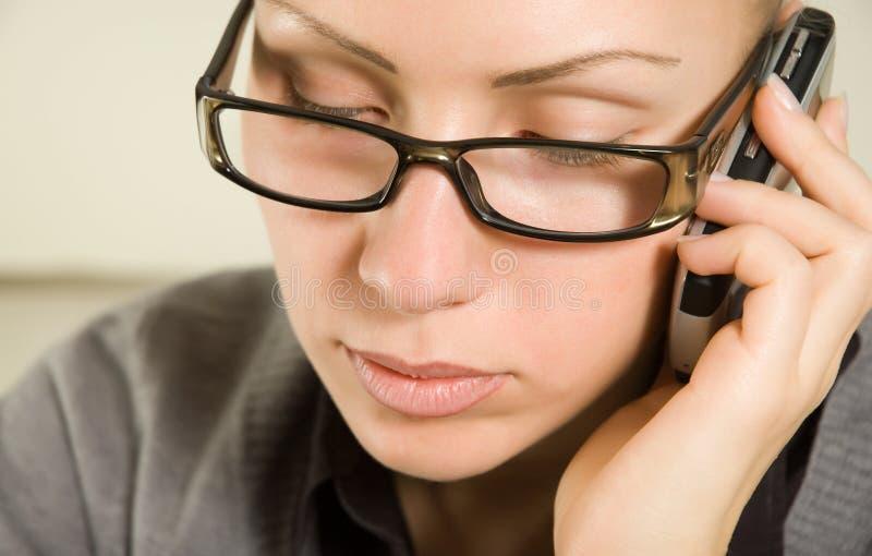 Jonge mooie vrouw die telefonisch spreekt royalty-vrije stock foto