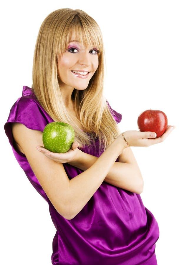 Jonge mooie vrouw die twee appelen houdt stock fotografie