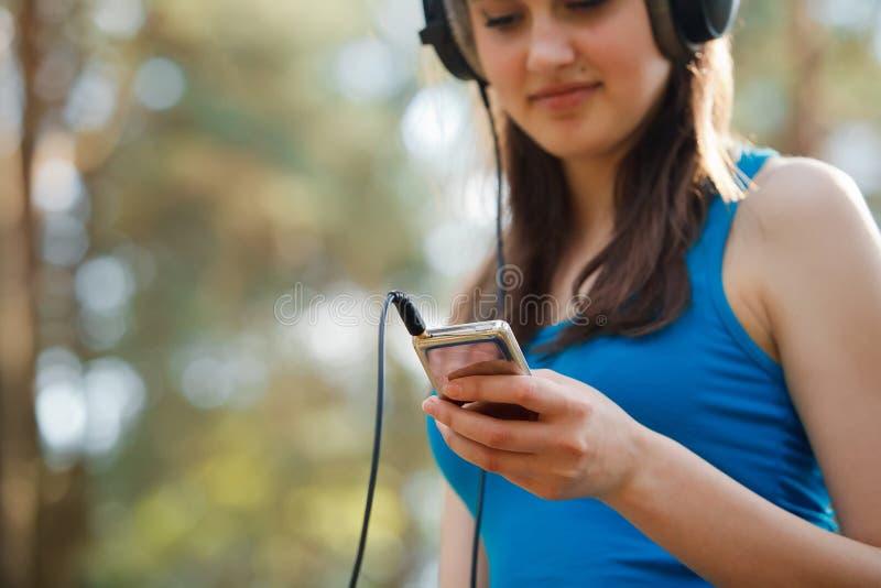 Jonge mooie vrouw die van de muziek genieten stock afbeelding