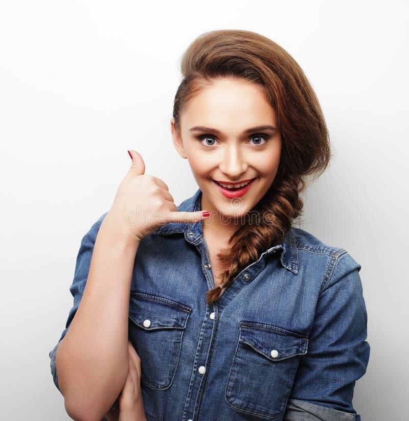 Jonge mooie vrouw die vrijetijdskleding dragen stock fotografie