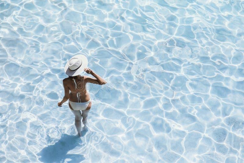 Jonge mooie vrouw die zich in het overzees bevinden en van de zomer genieten De de zomerpret, vakantie, vakantie, geniet het leve stock afbeeldingen