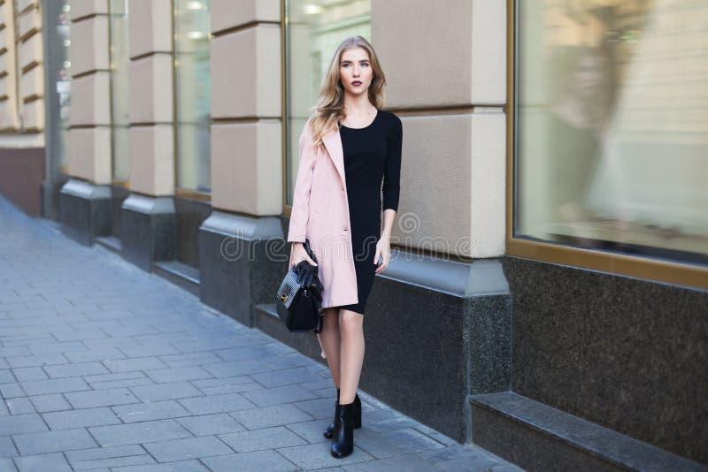 Jonge mooie vrouw die zich op de straat bevinden Elegante uitrusting Volledig lichaamsportret Vrouwelijke manier stock afbeeldingen