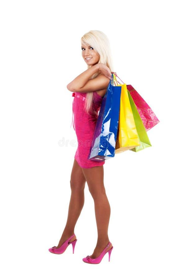 Jonge mooie vrouw dragende het winkelen zakken royalty-vrije stock afbeeldingen