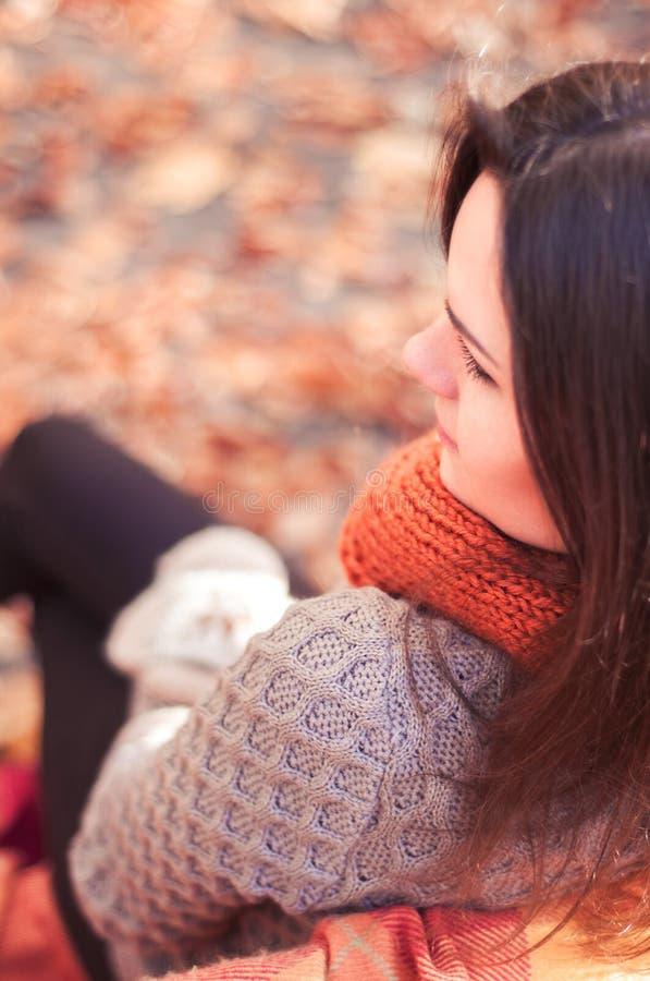 Jonge mooie vrouw in een de herfstpark stock afbeelding