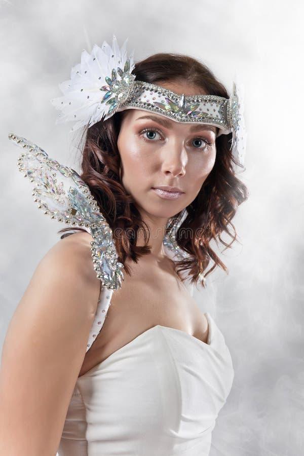 Jonge mooie vrouw in engelenkostuum stock afbeelding