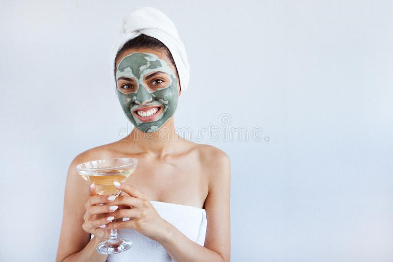 Jonge mooie vrouw in gezichtsmasker van therapeutische blauwe modder Kuuroord stock foto