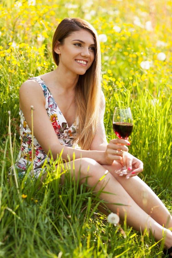 Jonge mooie vrouw het drinken wijn in openlucht royalty-vrije stock foto