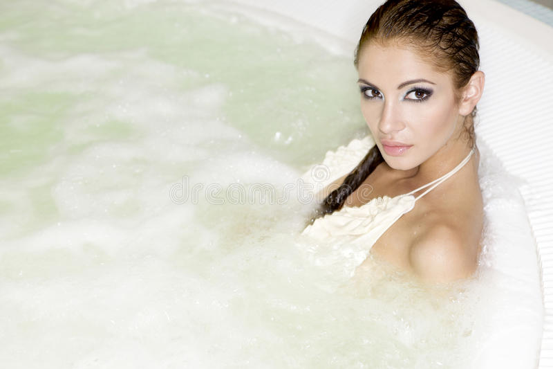 Jonge mooie vrouw in Jacuzzi royalty-vrije stock foto