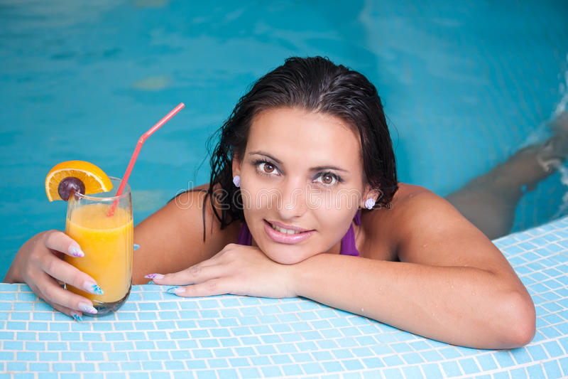 Jonge mooie vrouw in Jacuzzi royalty-vrije stock fotografie