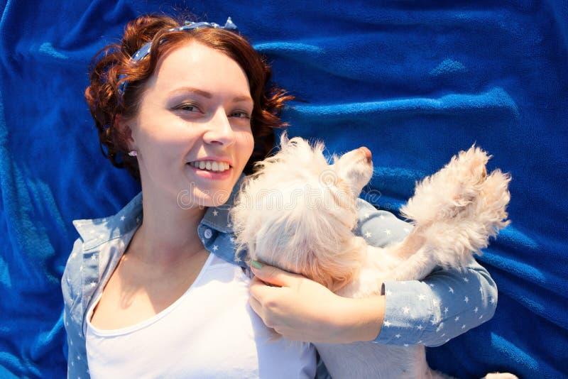 Jonge mooie vrouw, meisje en haar hond royalty-vrije stock afbeelding