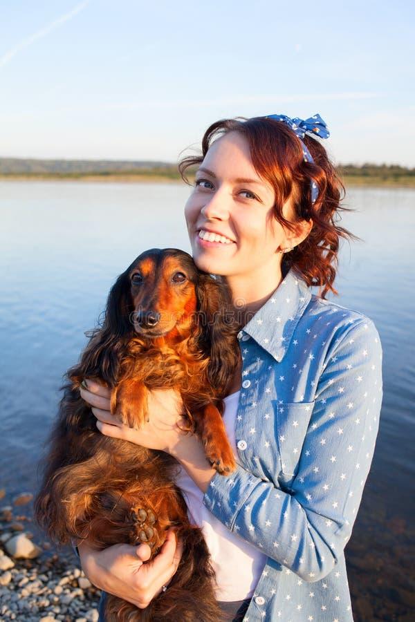 Jonge mooie vrouw, meisje en haar hond royalty-vrije stock foto's
