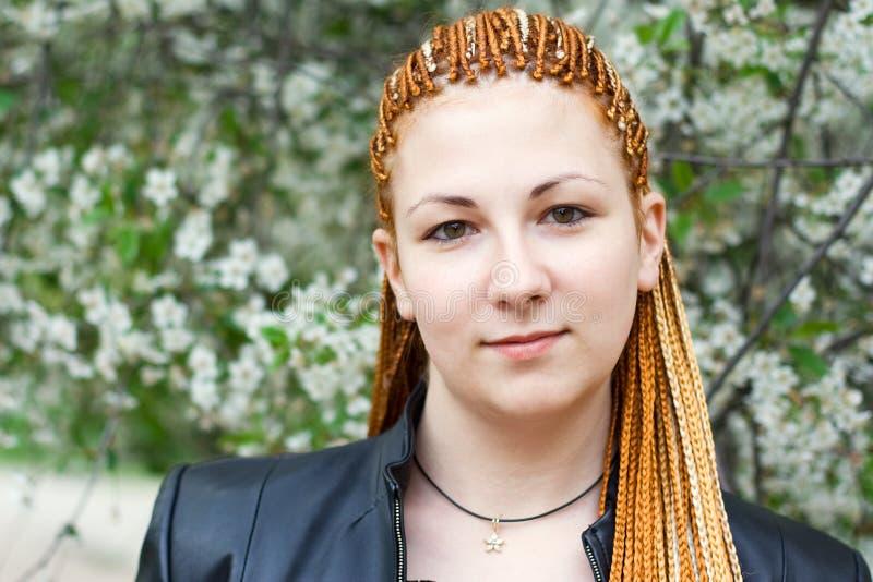 Jonge mooie vrouw met Afrikaanse vlechten stock afbeeldingen