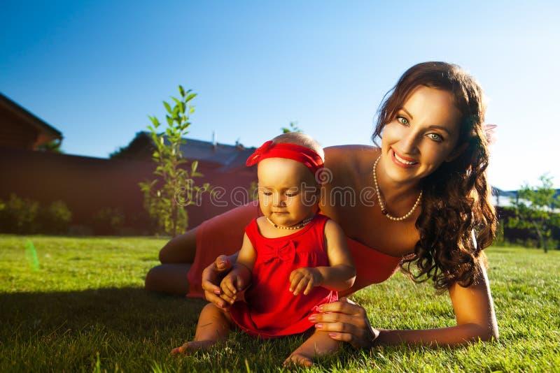 Jonge mooie vrouw met baby stock fotografie